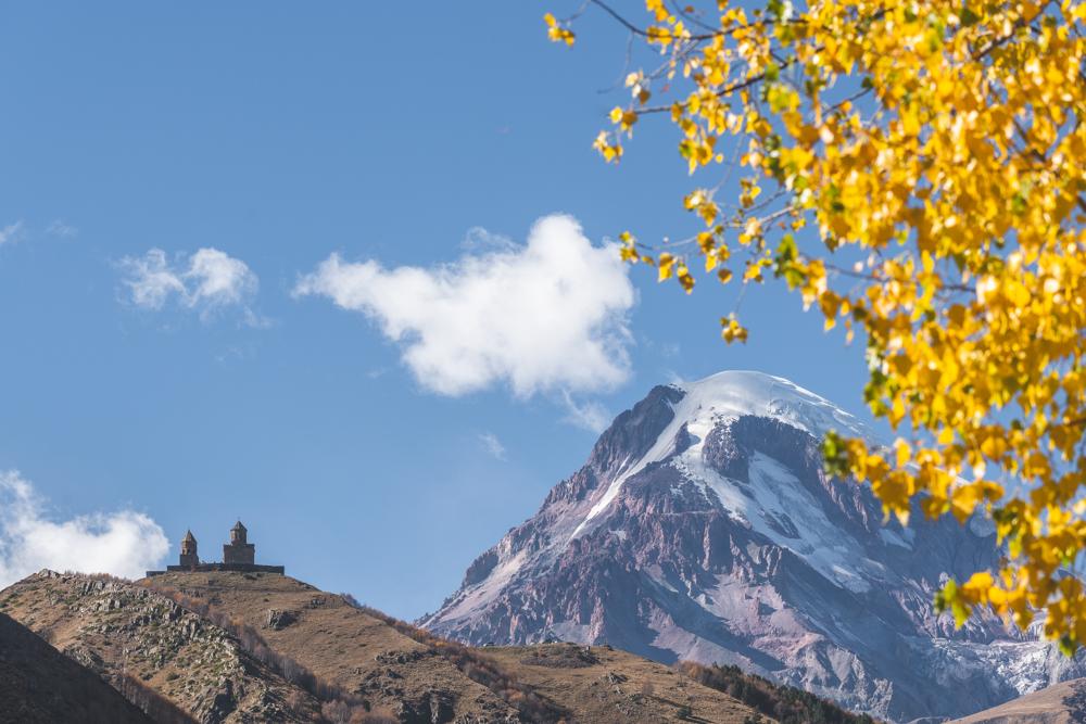 Dreifaltigkeitskirche Gergeti in Stepanzminda im Großen Kaukasus, Georgien. Foto: Kerstin Bittner