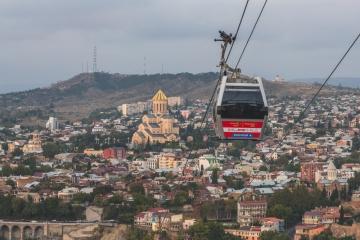 Seilbahn mit Blick auf die Sameba Kathedrale in Tiflis, Georgien. Foto: Kerstin Bittner
