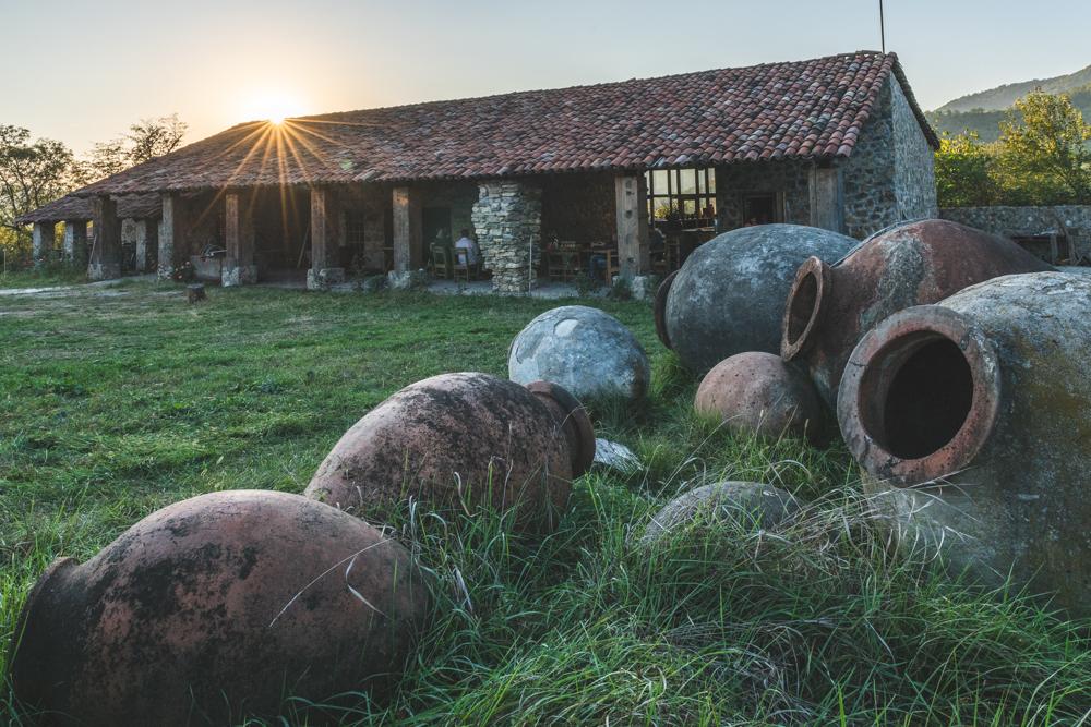 Weingut Temi in Kachetien in Georgien mit Kvevris. Foto: Kerstin Bittner