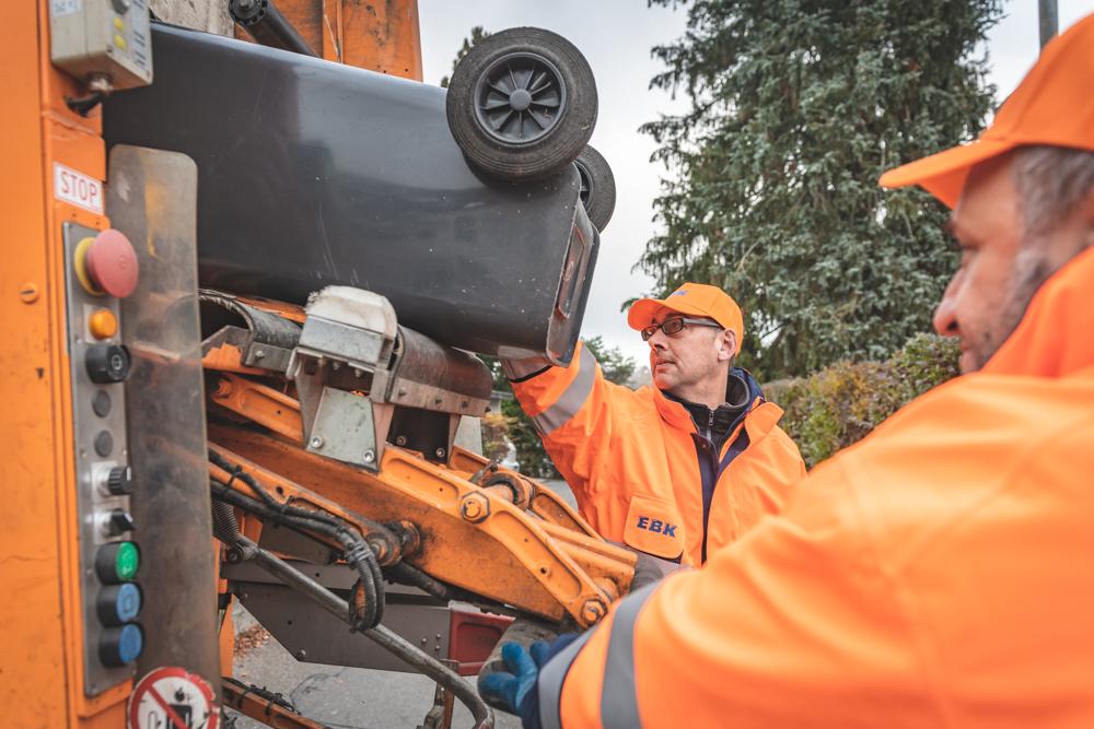 Müllabfuhr Konstanz, Müllwerker der EBK entleeren Restmülltonnen