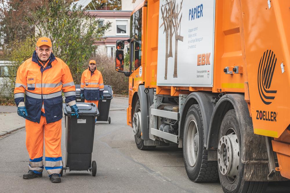 Müllabfuhr Konstanz, Müllwerker der EBK sammeln Restmülltonnen ein