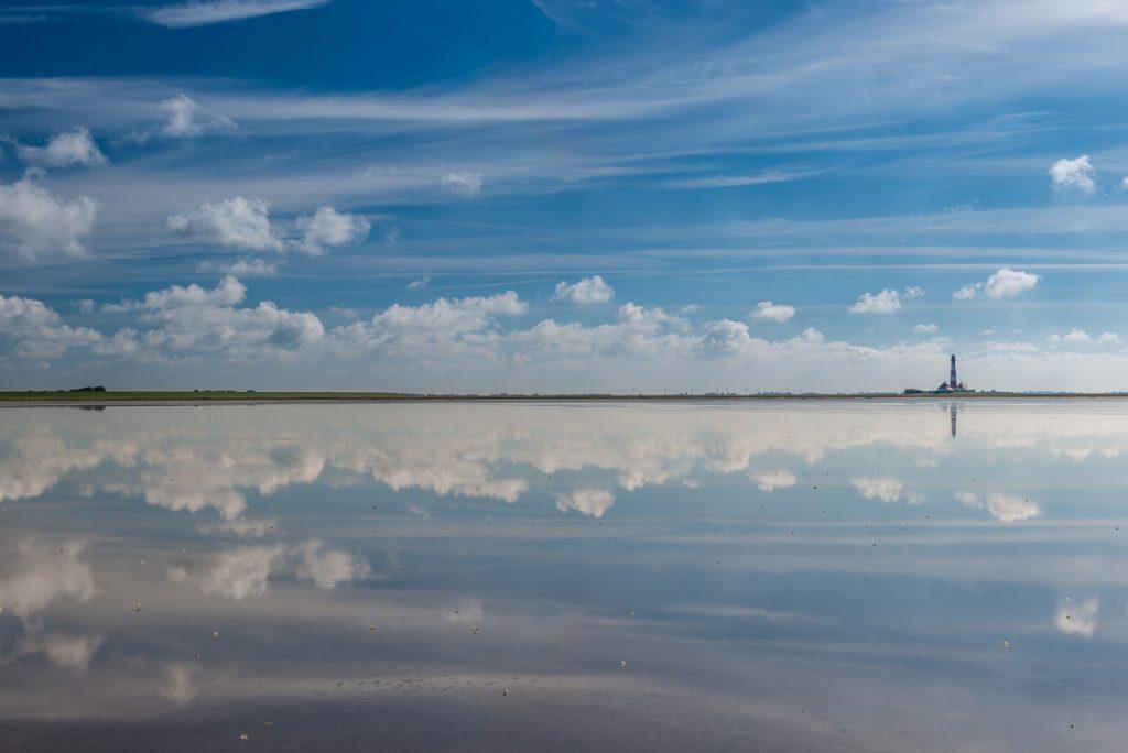 Westerhever Leuchtturm mit Wolkenspiegelung. Foto: Kerstin Bittner