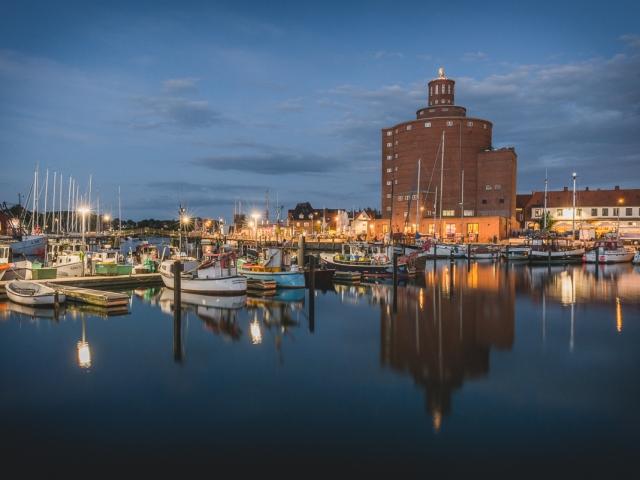 Eckernförder Hafen mit altem Speicher zur blauen Stunde. Foto: Kerstin Bittner