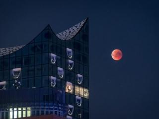 Blutmond über der Elbphilharmonie in Hamburg. Foto: Kerstin Bittner