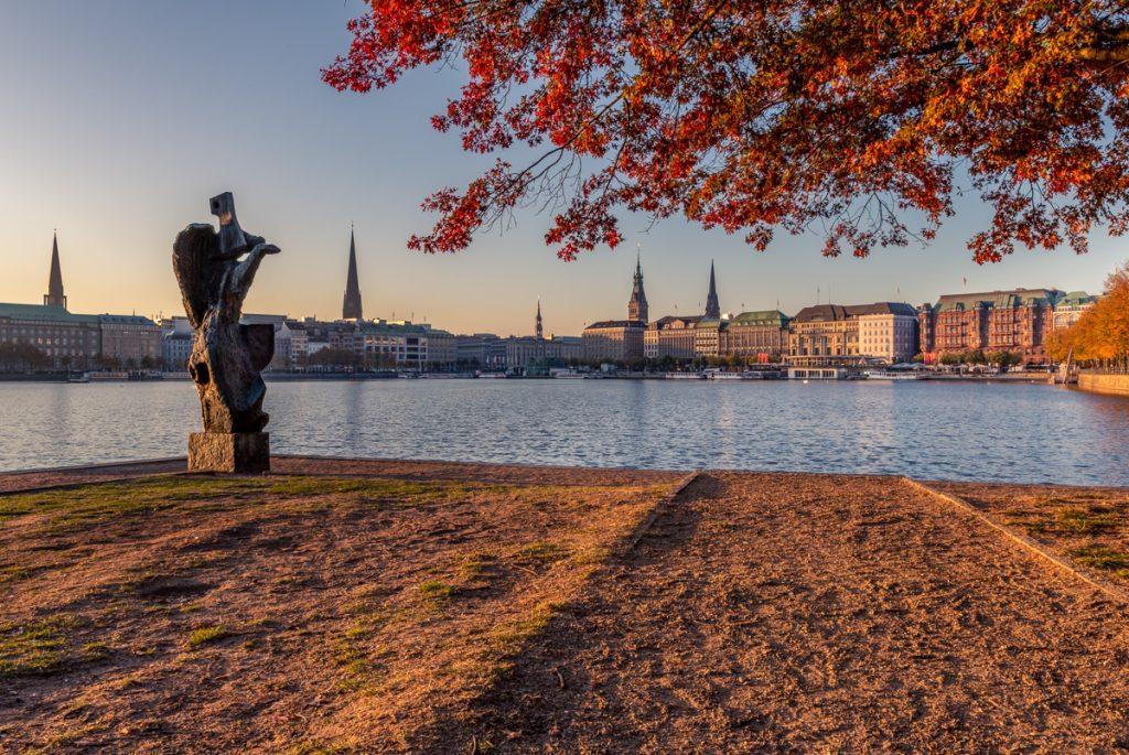 Binnenalster in Hamburg mit Herbstfärbung. Foto: Kerstin Bittner