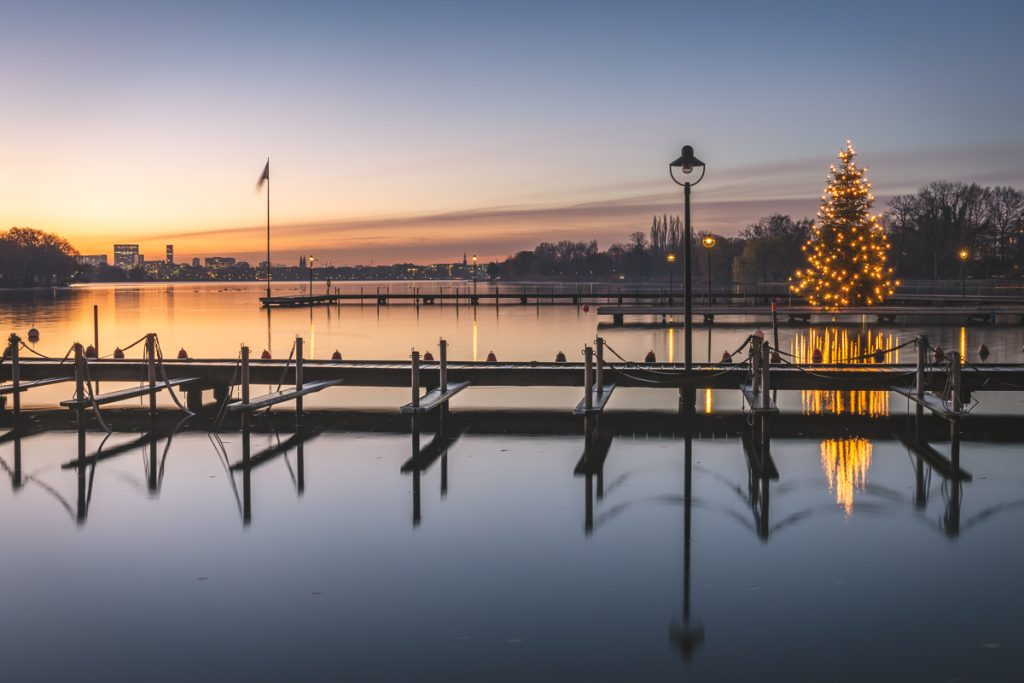 Aussenalster mit Weihnachtsbeleuchtung zum Sonnenaufgang. Foto: Kerstin Bittner