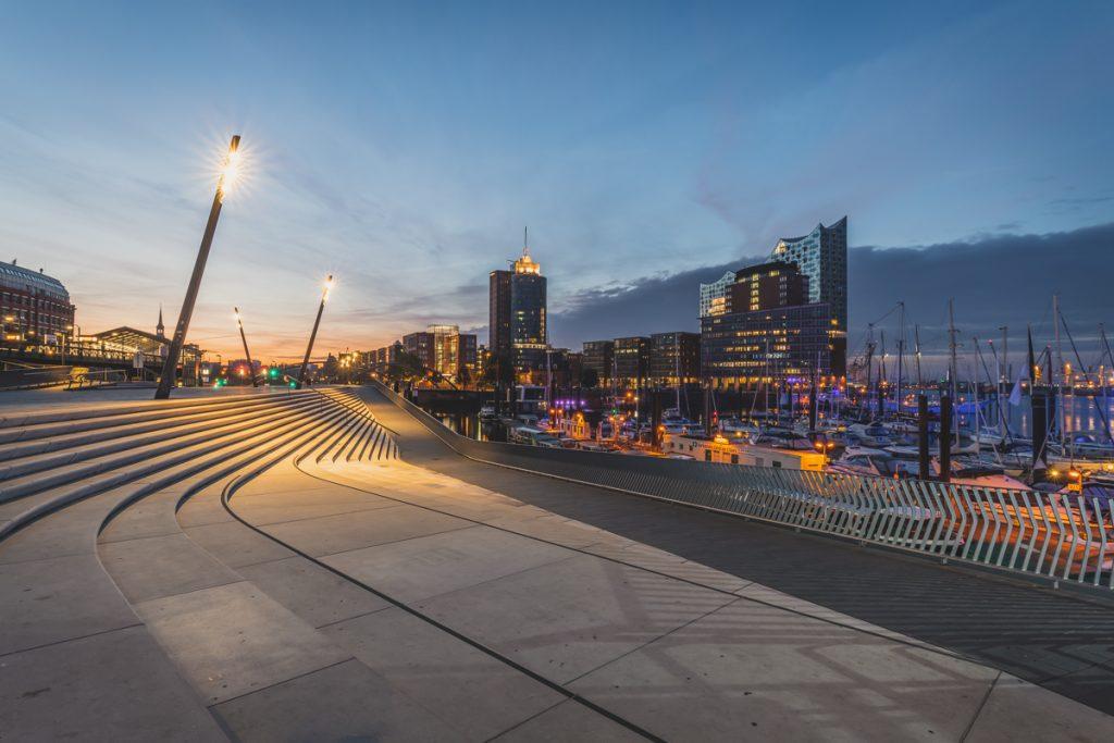 Promenade Vorsetzen in Hamburg zur blauen Stunde. Mit Blick auf die Elbphilharmonie. Foto: Kerstin Bittner