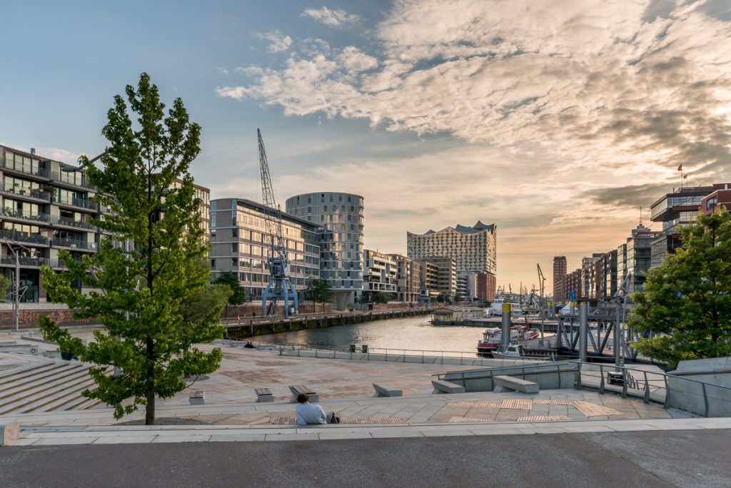 Sandtorhafen in Hamburg mit Blick auf die Elbphilharmonie. Foto: Kerstin Bittner