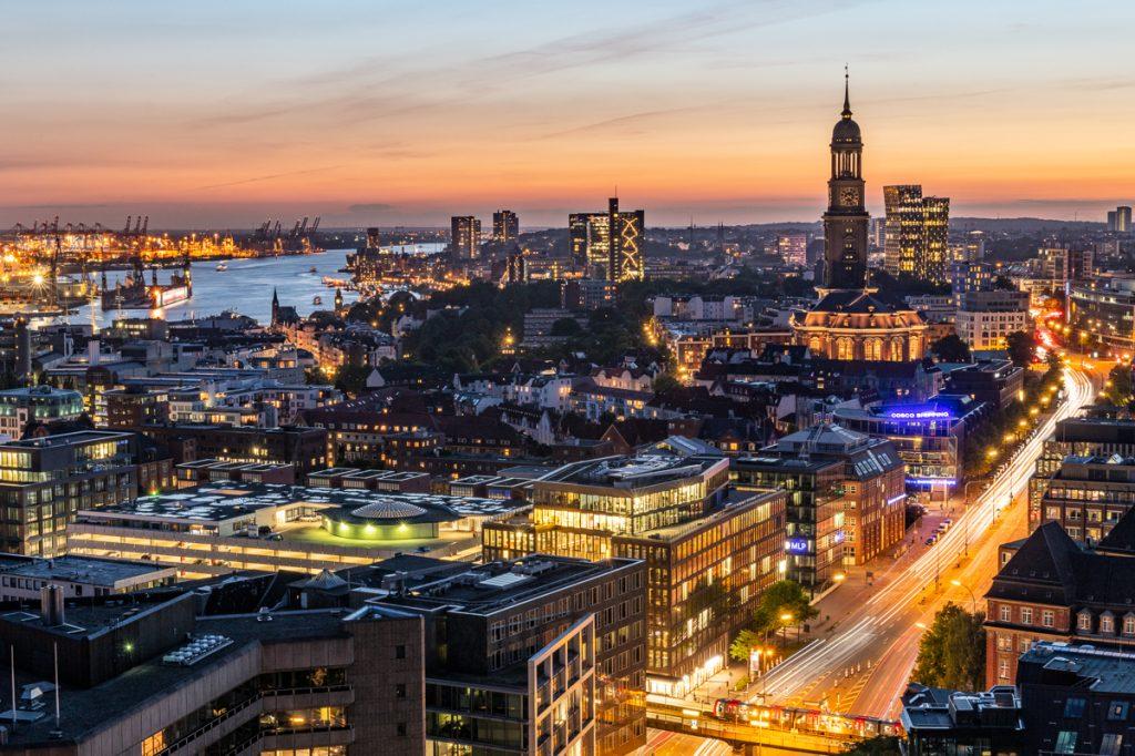 Blick auf die St. Michaeliskirche und die Elbe zum Sonnenuntergang. Foto: Kerstin Bittner