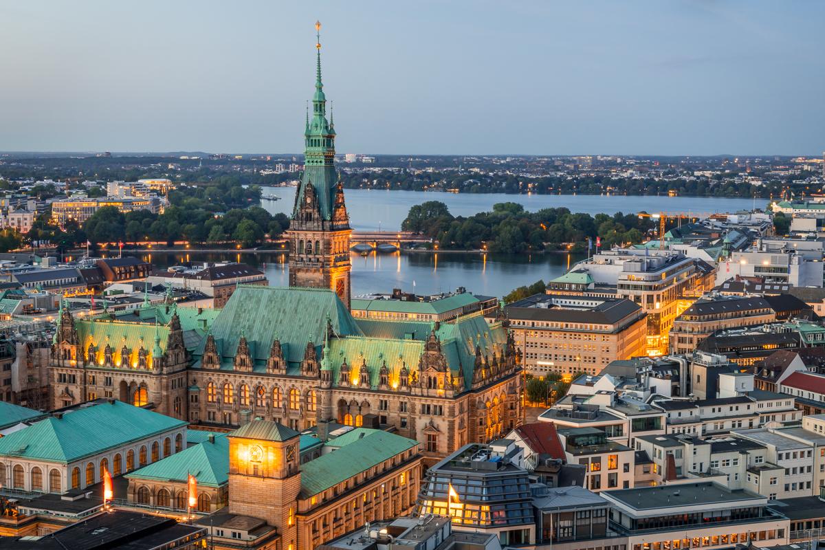 Blick auf das Hamburger Rathaus und die Alsterseen. Foto: Kerstin Bittner