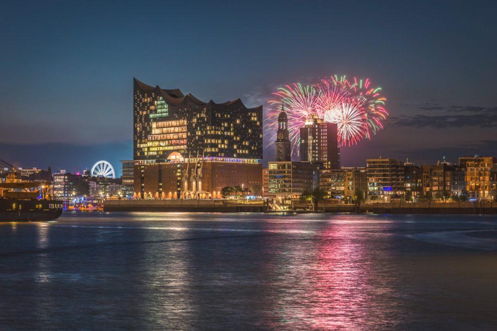 Feuerwerk über der Elbphilharmonie und der St. Michaeliskirche. Foto: Kerstin Bittner