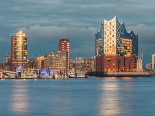 Blick auf die Elbphilharmonie_Hamburg zur blauen Stunde. Foto: Kerstin Bittner