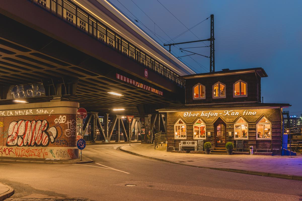 Oberhafenkantine Hamburg zur blauen Stunde. Foto: Kerstin Bittner