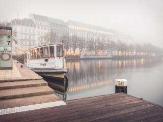 Binnenalster mit Dampfboot im Nebel in Hamburg. Foto: Kerstin Bittner