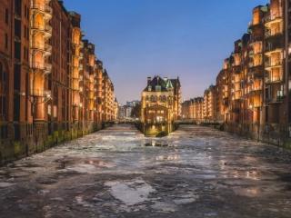Wasserschloß in der Hamburger Speicherstadt mit Eisgang. Foto: Kerstin Bittner