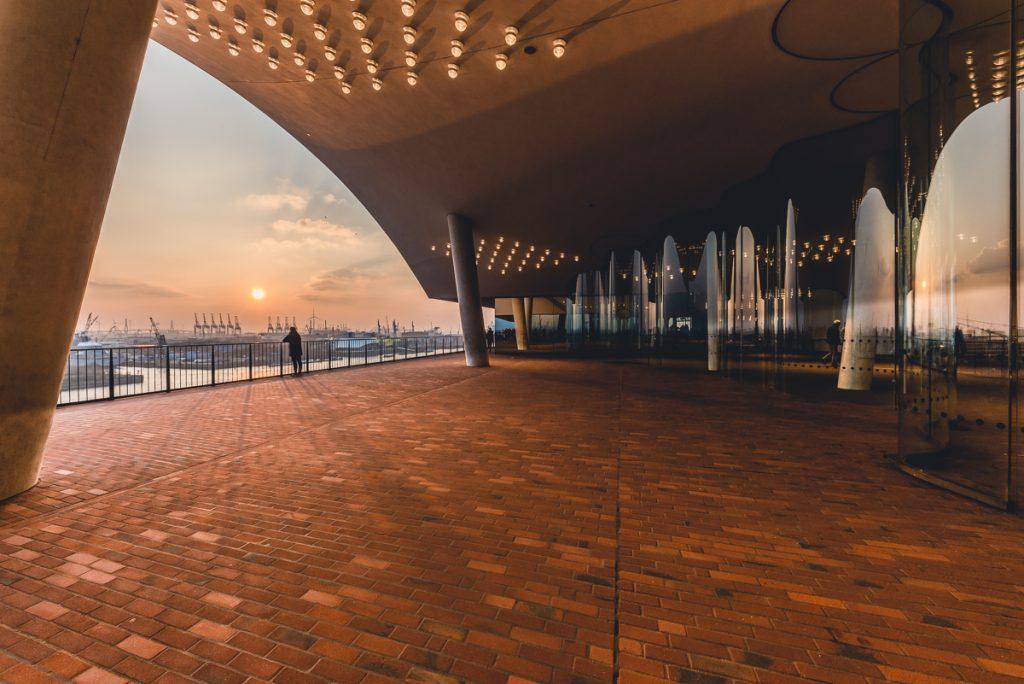 Plaza der Elbphilharmonie zum Sonnenuntergang. Foto: Kerstin Bittner