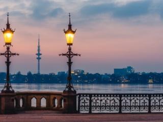 Schwanenwikbrücke in Hamburg zur blauen Stunde. Foto: Kerstin Bittner