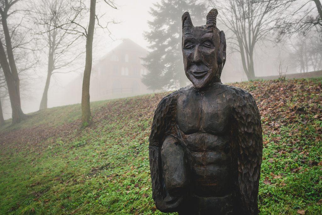 Hölzerne Teufelstatue in Zarrentin am Schaalsee. Foto: Kerstin Bittner