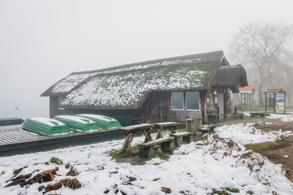 Schaalseefischerei in Zarrentin am Schaalsee im Nebel. Foto: Kerstin Bittner