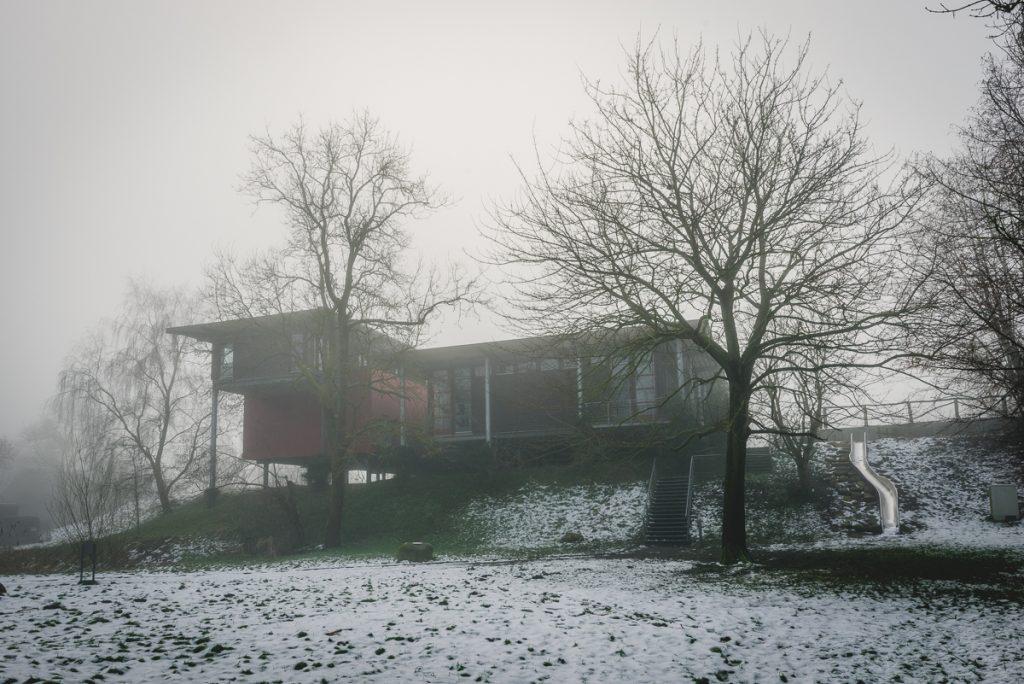 Informationszentrum PAHLHUUS in Zarrentin am Schaalsee im Nebel. Foto: Kerstin Bittner