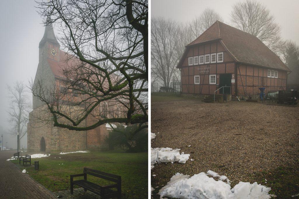 Kirche und Heimatmuseum in Zarrentin am Schaalsee im Nebel. Foto: Kerstin Bittner