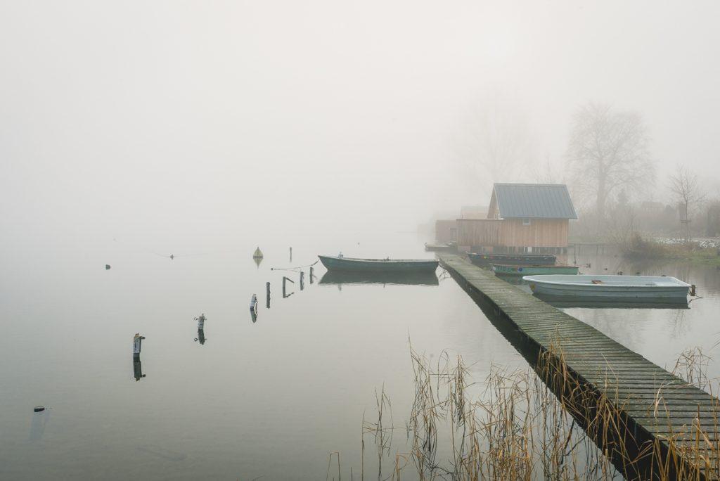 Fischerboote in Zarrentin am Schaalsee im Nebel. Foto: Kerstin Bittner