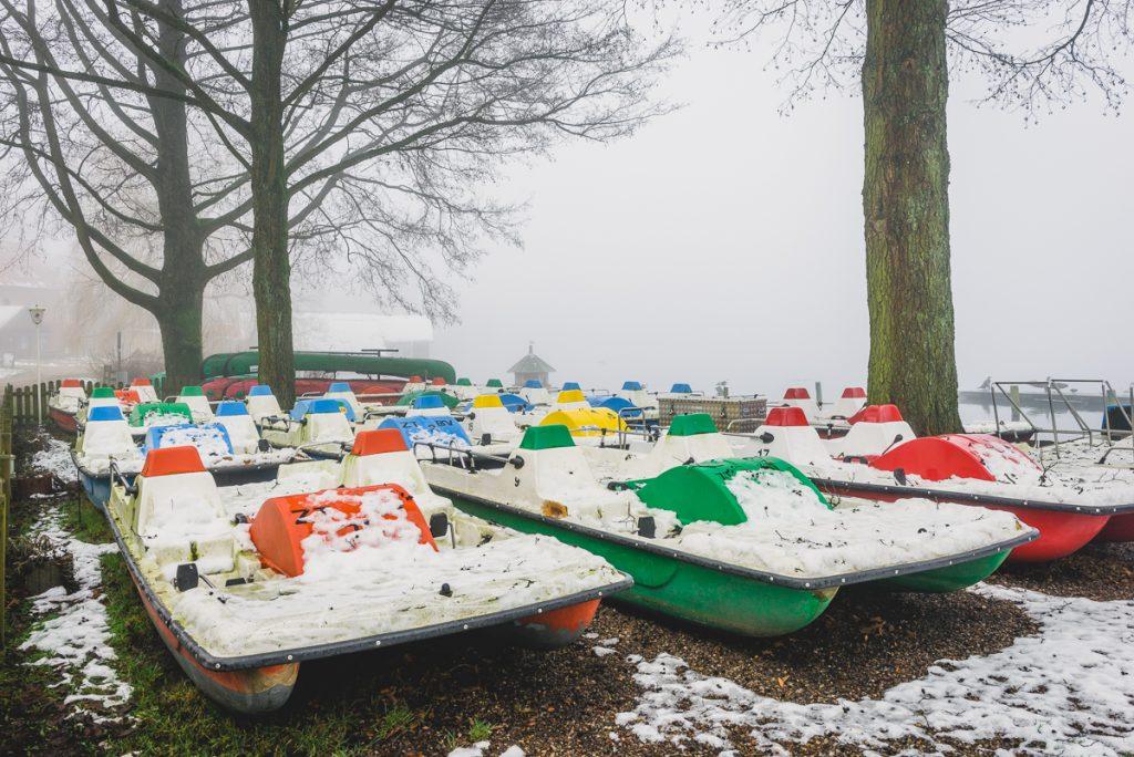Tretboote in Zarrentin am Schaalsee im Nebel. Foto: Kerstin Bittner