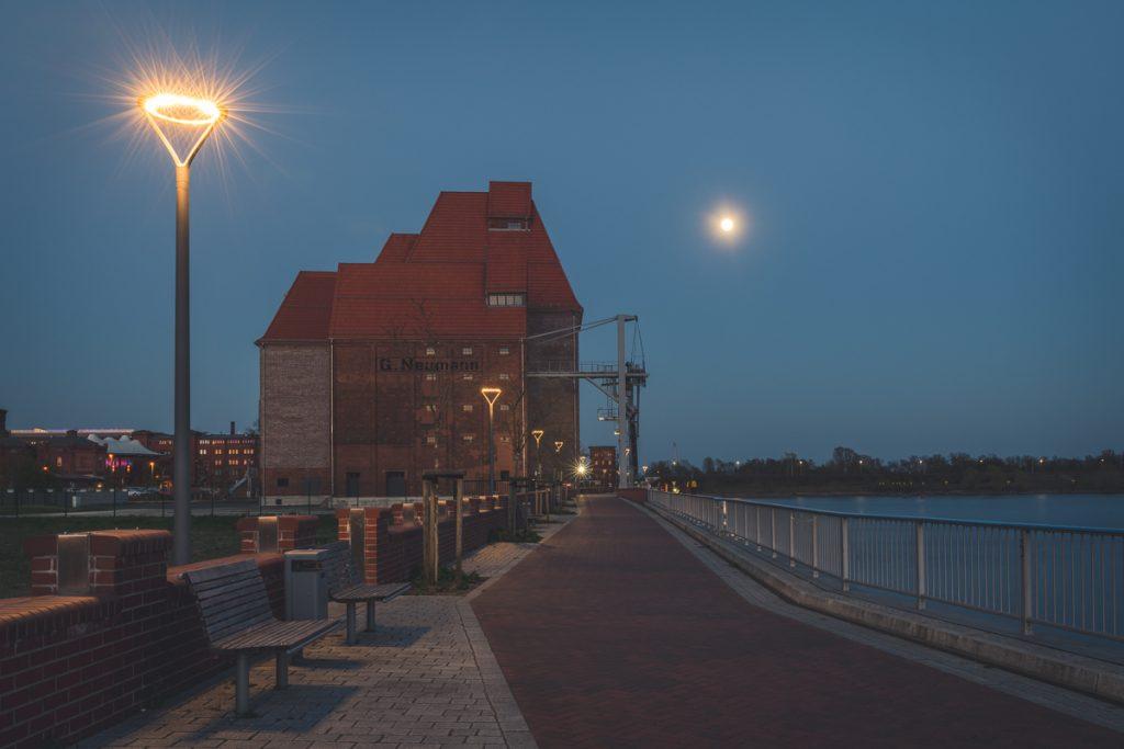 Elbufer bei Wittenberge, Brandenburg am Abend bei Vollmond. Foto: Kerstin Bittner