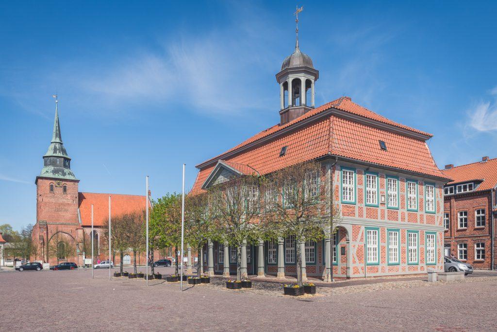 Kirche und Rathaus in Boizenburg. Foto: Kerstin Bittner