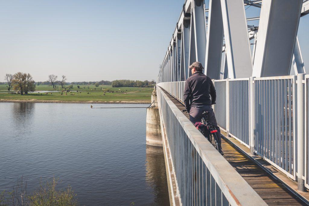 Elberadweg führt über die Eisenbahnbrücke bei Wittenberge. Foto: Kerstin Bittner