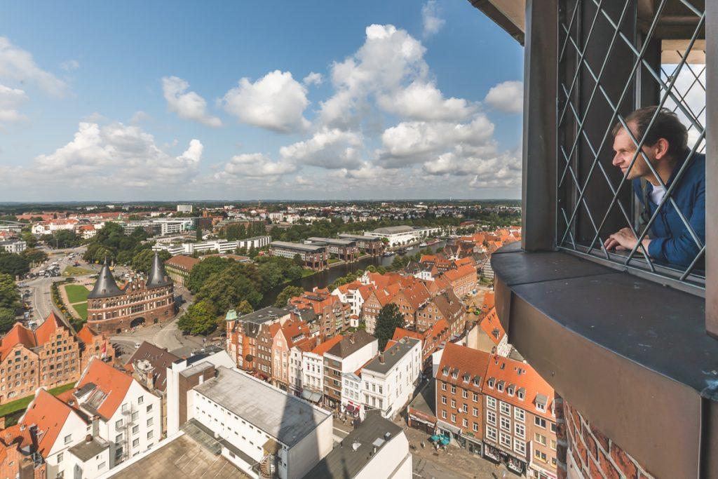Lübeck, Blick von St. Petri auf das Holstentor. Foto: Kerstin Bittner