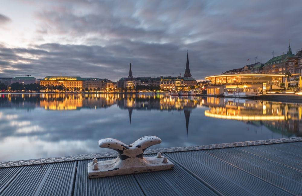 Hamburg, Binnenalster am Jungfernstieg im Morgenlicht. Foto: Kerstin Bittner