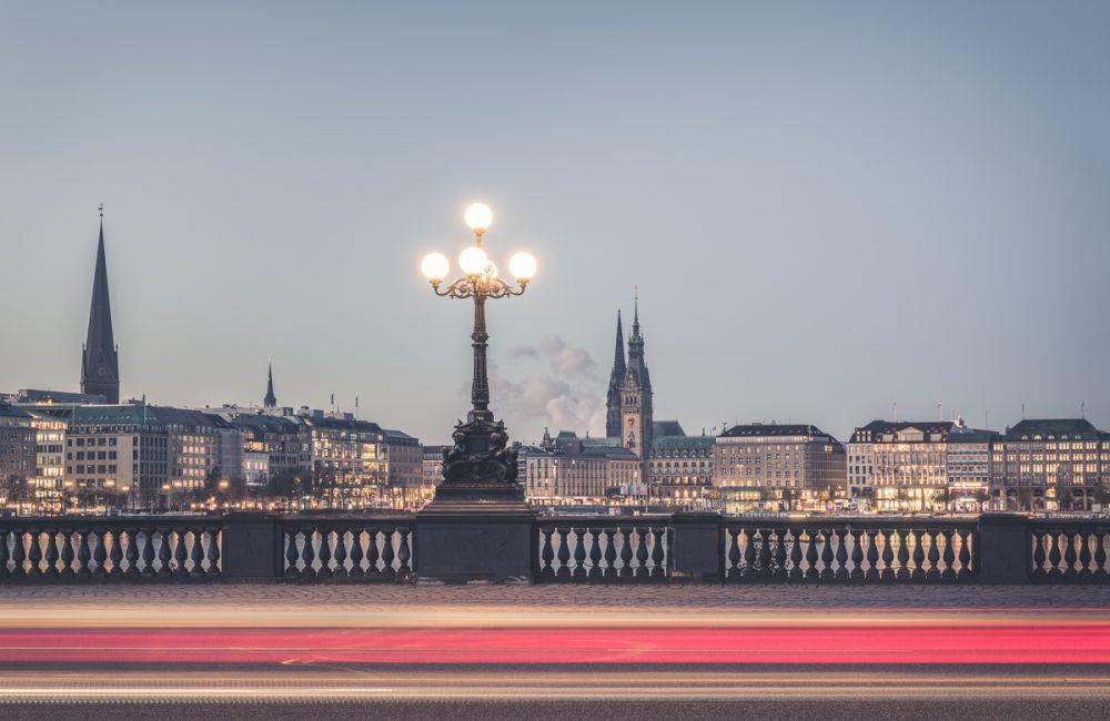 Hamburg, Lombardsbrücke mit Leuchtspuren der Autos. Foto: Kerstin Bittner