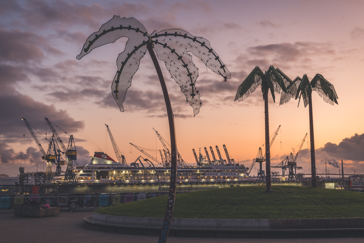 Hamburg-Altona, Park Fiction mit Kreuzfahrtschiff im Doch zum Sonnenuntergang. Foto: Kerstin Bittner