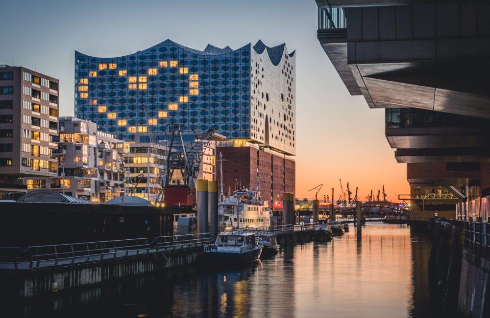 Elbphilharmonie Hamburg. Während der Coronakrise sind die Fenster des Westin Hotels als Herz beleuchtet. Foto: Kerstin Bittner