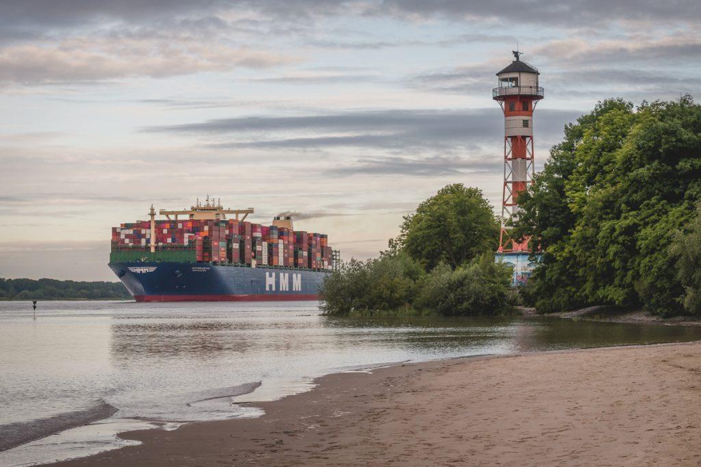 Beim Ersteinlauf in den Hamburger Hafen passiert die HMM Algeciras den Leuchtturm Wittenbergen. Foto: Kerstin Bittner