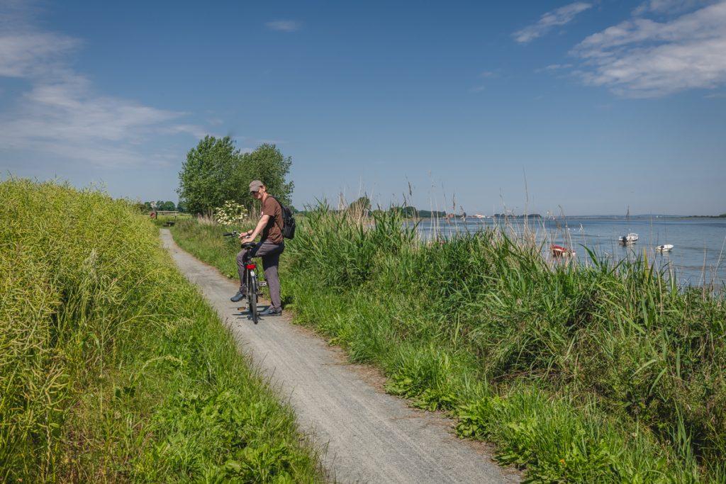 Blog Ærø. Radfahrer am Ufer. Foto: Kerstin Bittner