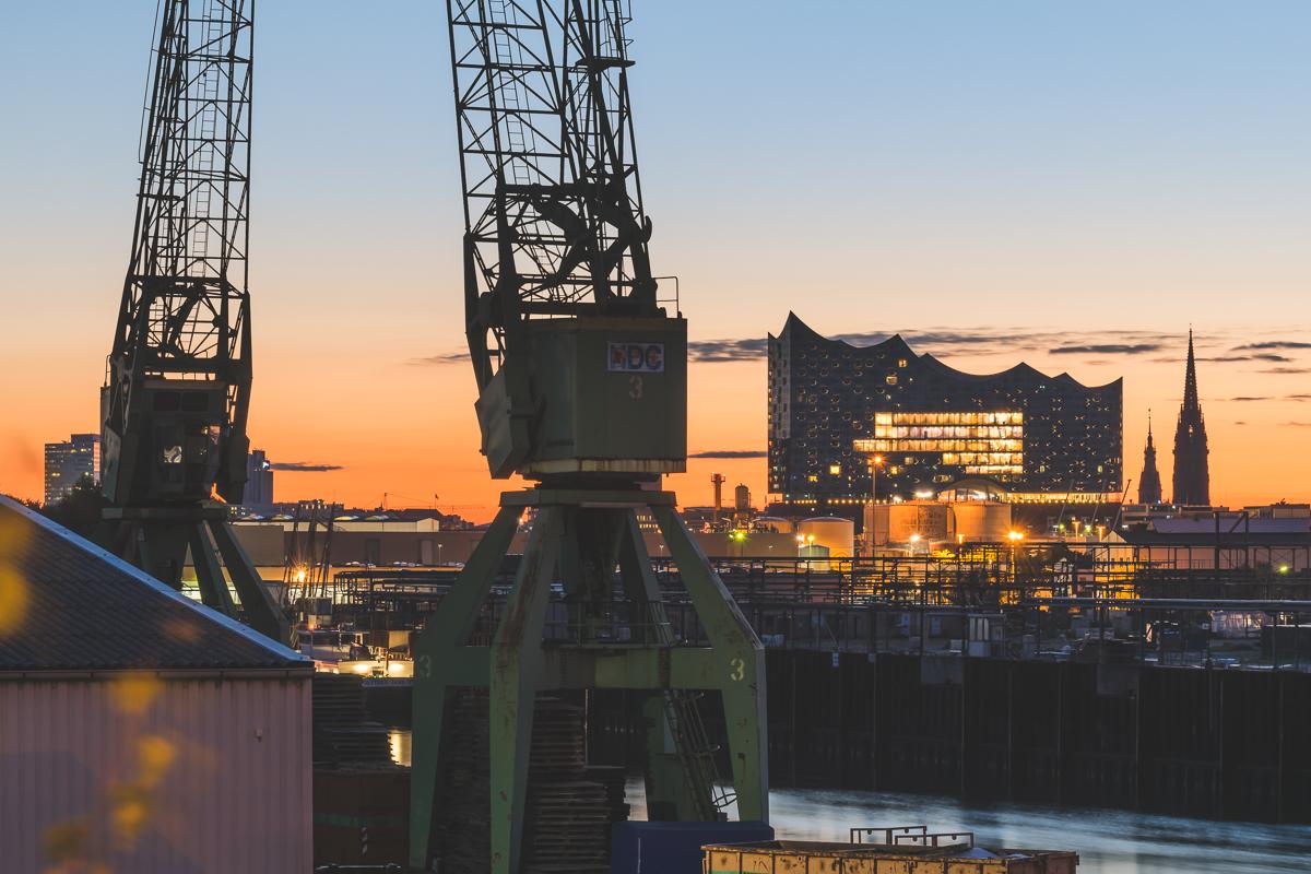 Blick von der Argentienienbrücke über den Hafen zur Elbphilharmonie zum Sonnenaufgang. Foto: Kerstin Bittner