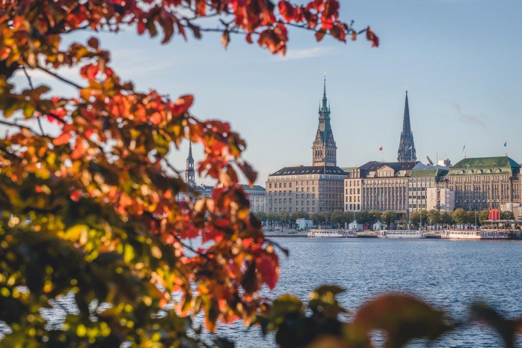 Oktobermorgen am neuen Jungfernstieg an der Binnenalster in Hamburg mit Blick auf die Innenstadt. Foto: Kerstin Bittner