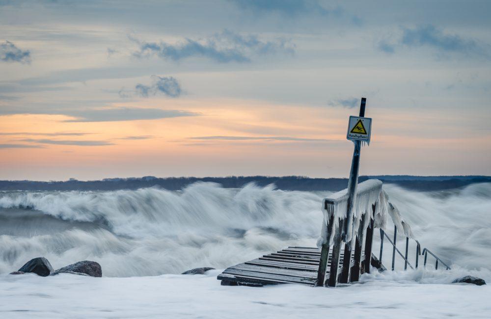 Oststurm an der Ostsee in Travemünde. Hohe Wellen und vereister Steg. Foto: Kerstin Bittner