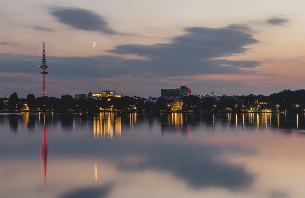 Außenalster in Hamburg zum Sonnenuntergang und mit Mondsichel. Foto: Kerstin Bittner
